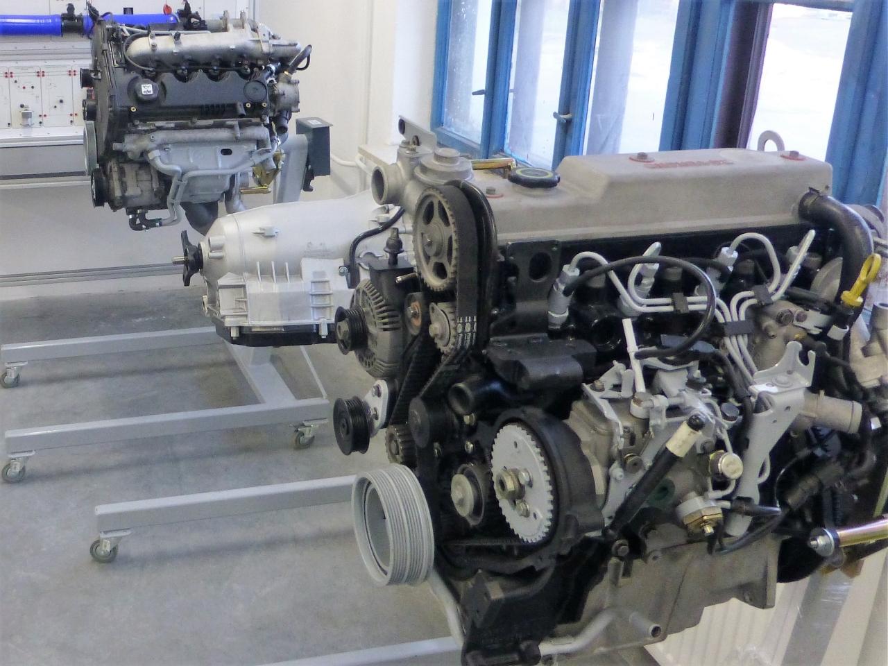 Silniki wysokoprężne na stojakach obrotowych i skrzynia biegów